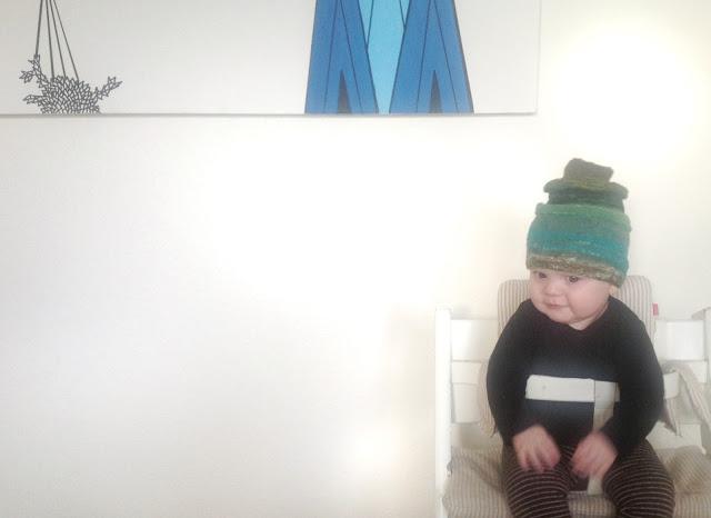 Babyhue strikket i farveskiftegarn