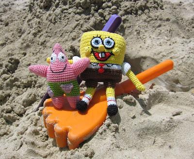Patricio y Bob Esponja jugando en la arena
