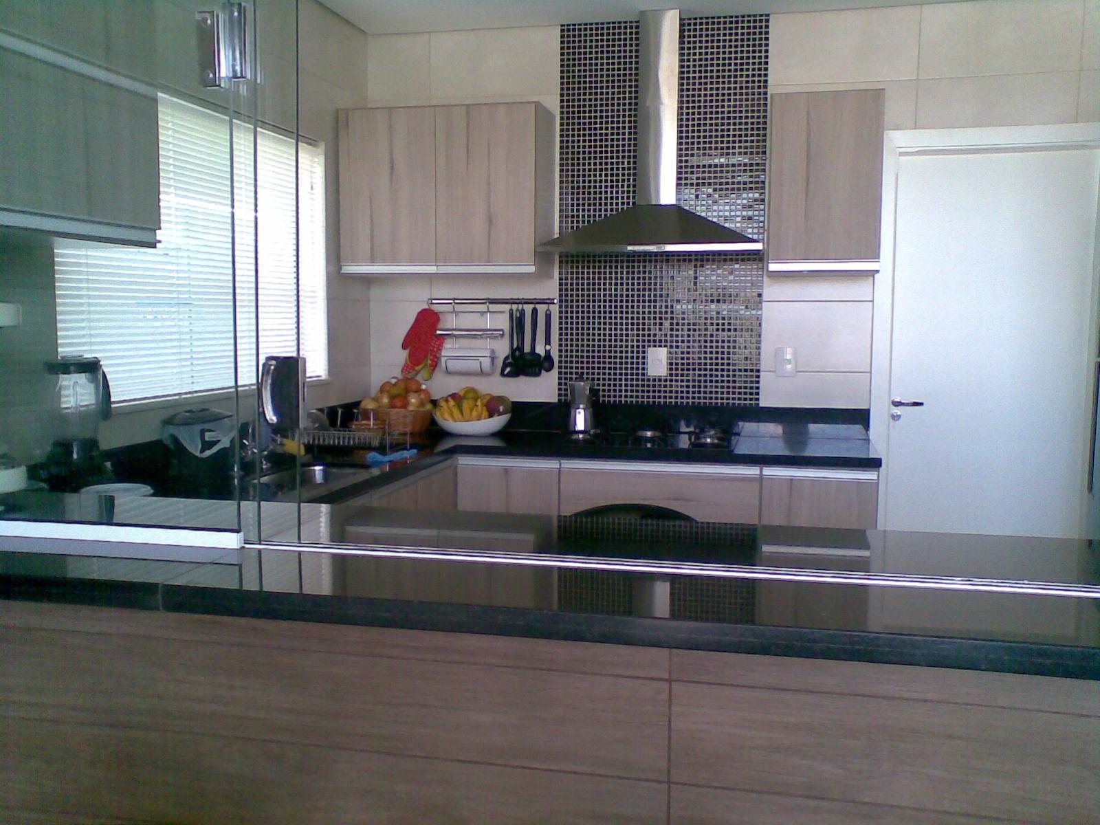 Uma varanda gourmet integrada com a cozinha também toda aberta  #496882 1600 1200