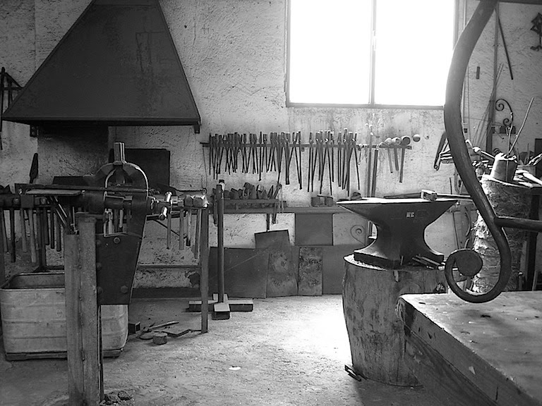 fragua, yunque & martillos, en el taller de forjacontemporanea, Alicante,España