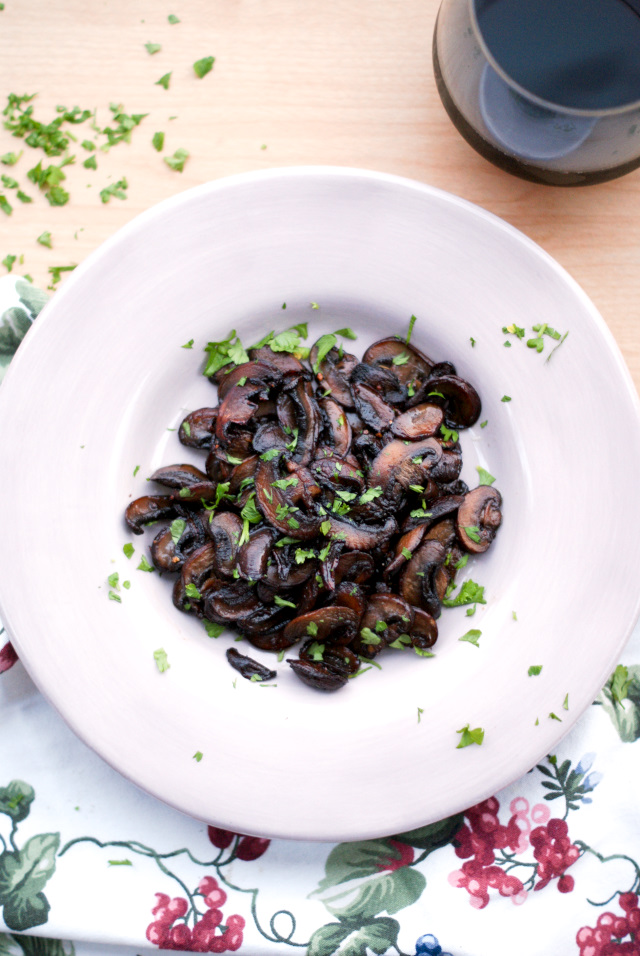 Red Wine Mushrooms | thetwobiteclub.com
