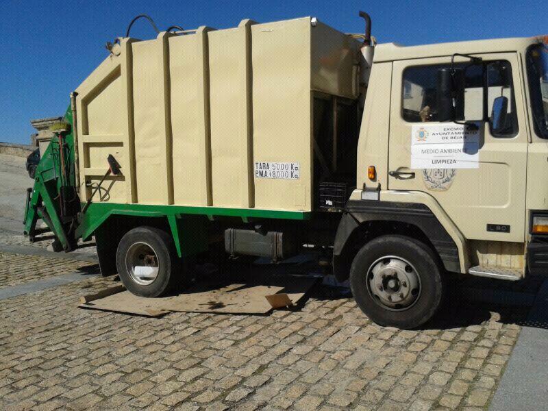 Camión de la Basura  averiado en el patio del Palacio ducal
