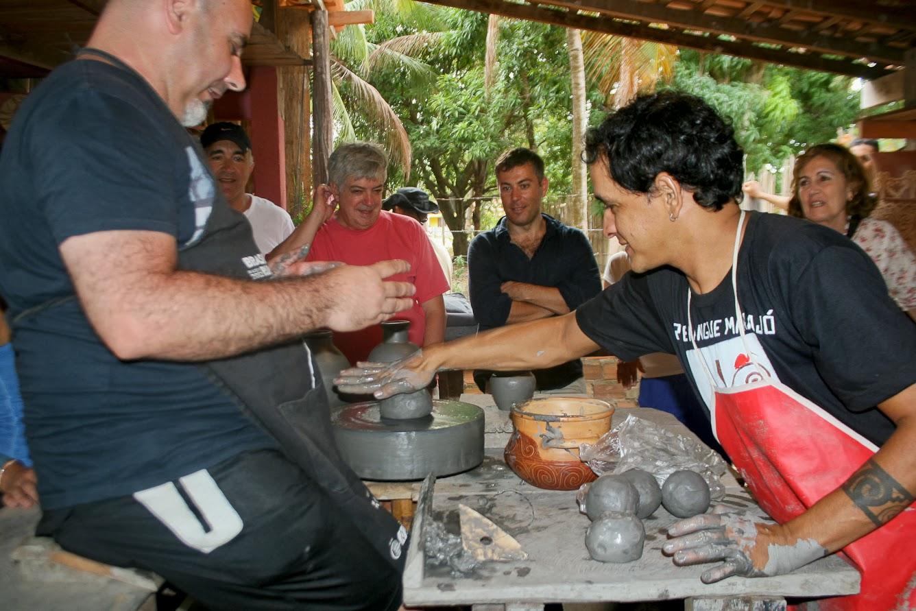 Pedro Pinto, Diretor Geral da TAP para Suiça e Liechtenstein  experimentou a tarefa de ser artesão. Foto: Benigna Soares - Paratur