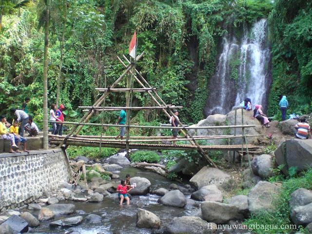 Jembatan bambu di lokasi air terjun Jagir.