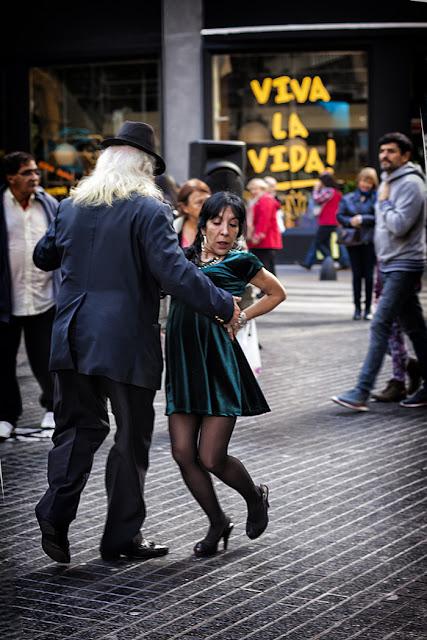 Pareja bailando un tango en Avda.R.S.Peña y Florida,Buenos Aires,Argentina