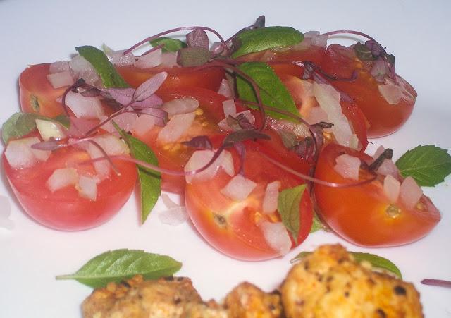 pomidorki z bazylią i kiełkami amarantusa