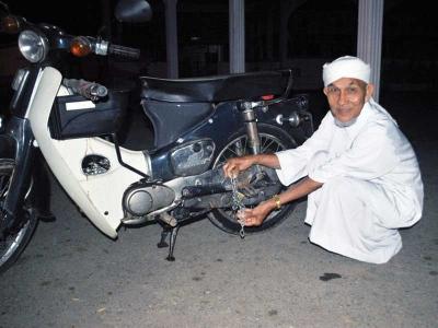Ismail Mengunci motorsikalnya dengan rantai bermangga sebagai langkah berjaga-jaga.