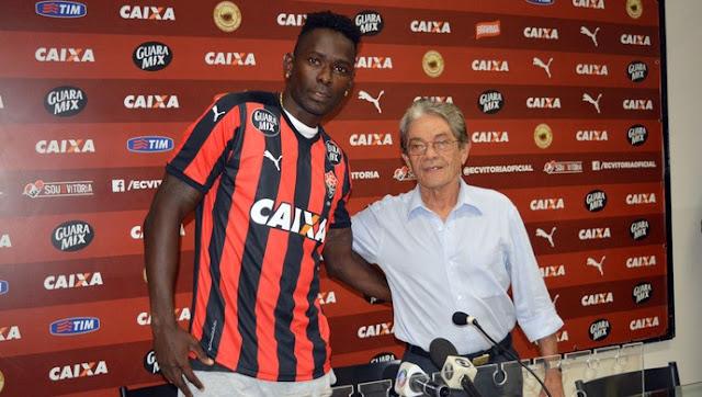 Zagueiro Kanu é apresentado no Vitória