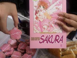 Ignorem o bolinho da Sakura ao lado.