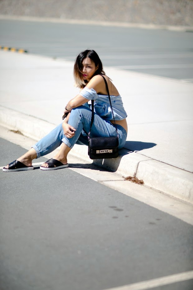 roupas da moda, camisa feminina com ombros de fora, papete, roupas femininas, bolsa tiracolo preta