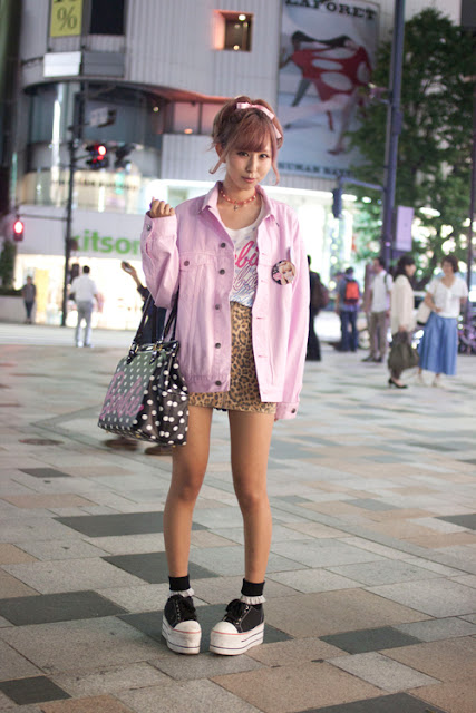 pizza-kei cute pizza fairy kei fairy-kei spring trends fashion j-fashion japanese fashion alternative alt-fashion kawaii cult party key pastel 2013 platform shoes pink jean jacket oversize button badge polka dot bag black converse platforms
