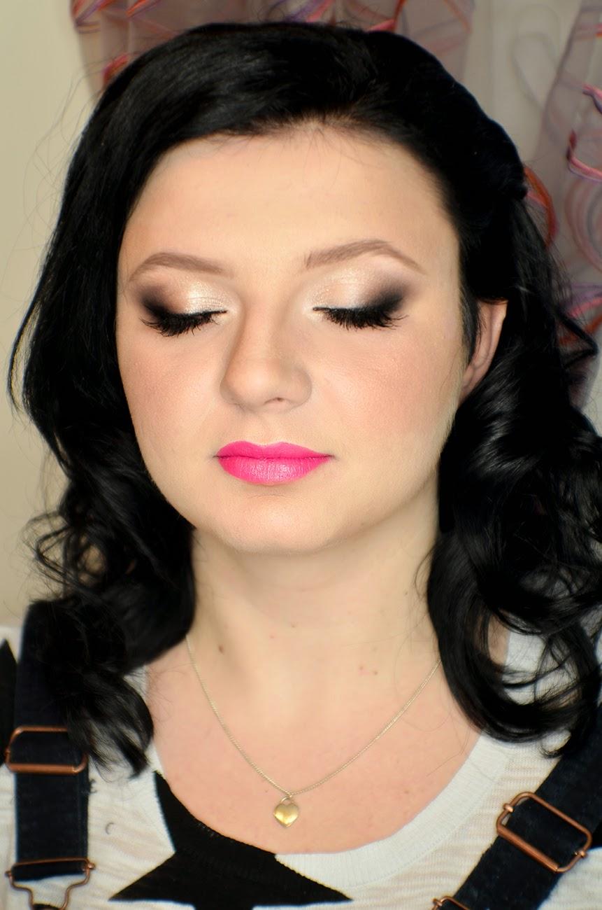 Kontrastowy makijaż studniówkowy dla alabastrowej cery i błękitnych oczu