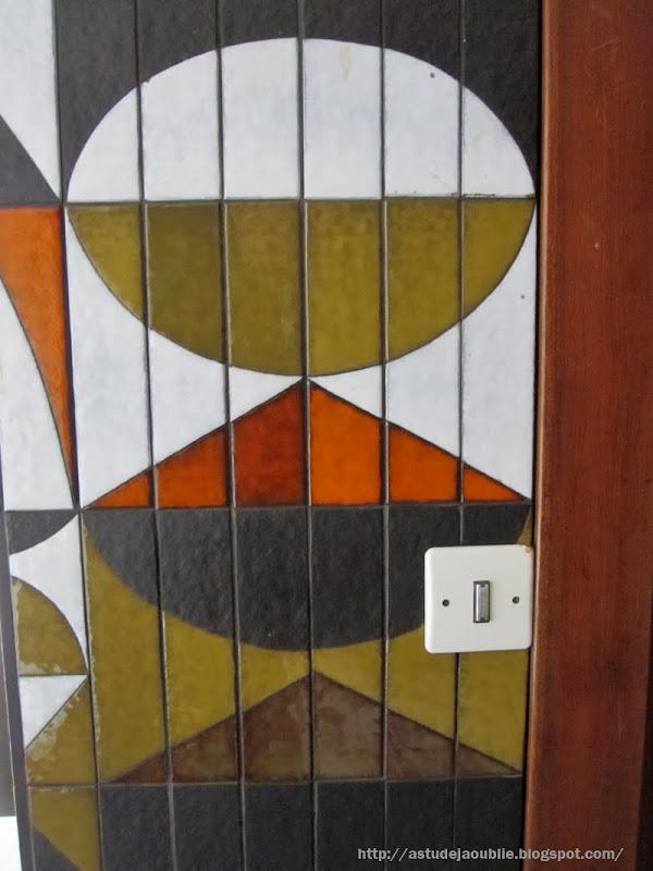 Paris - Hall d'entrée  Mur céramique de Roger Capron - 1969