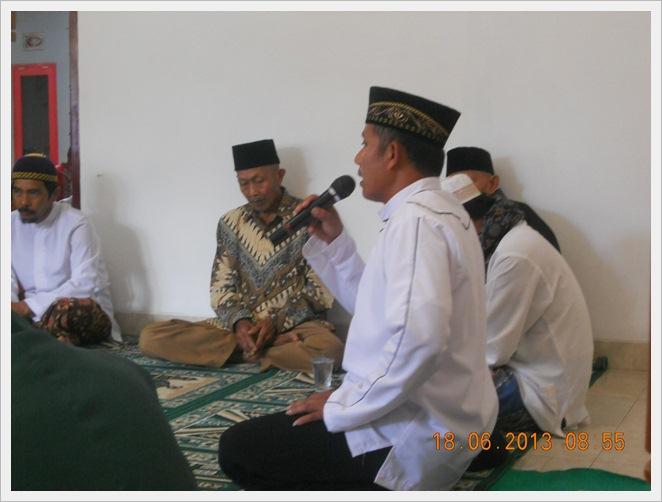 Acara berlanjut denganpenerimaan calon pengantin pria oleh pribumi