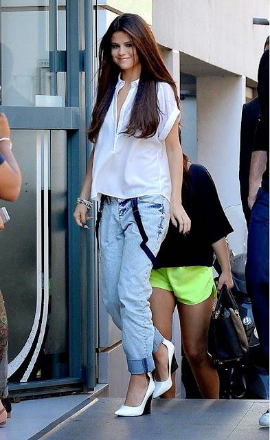 Moda look  Selena Gomez  calças de ganga camisa branca suspensorios