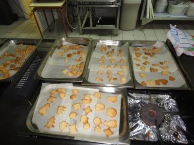 la imagen muestra una serie de galletas listas para comerse