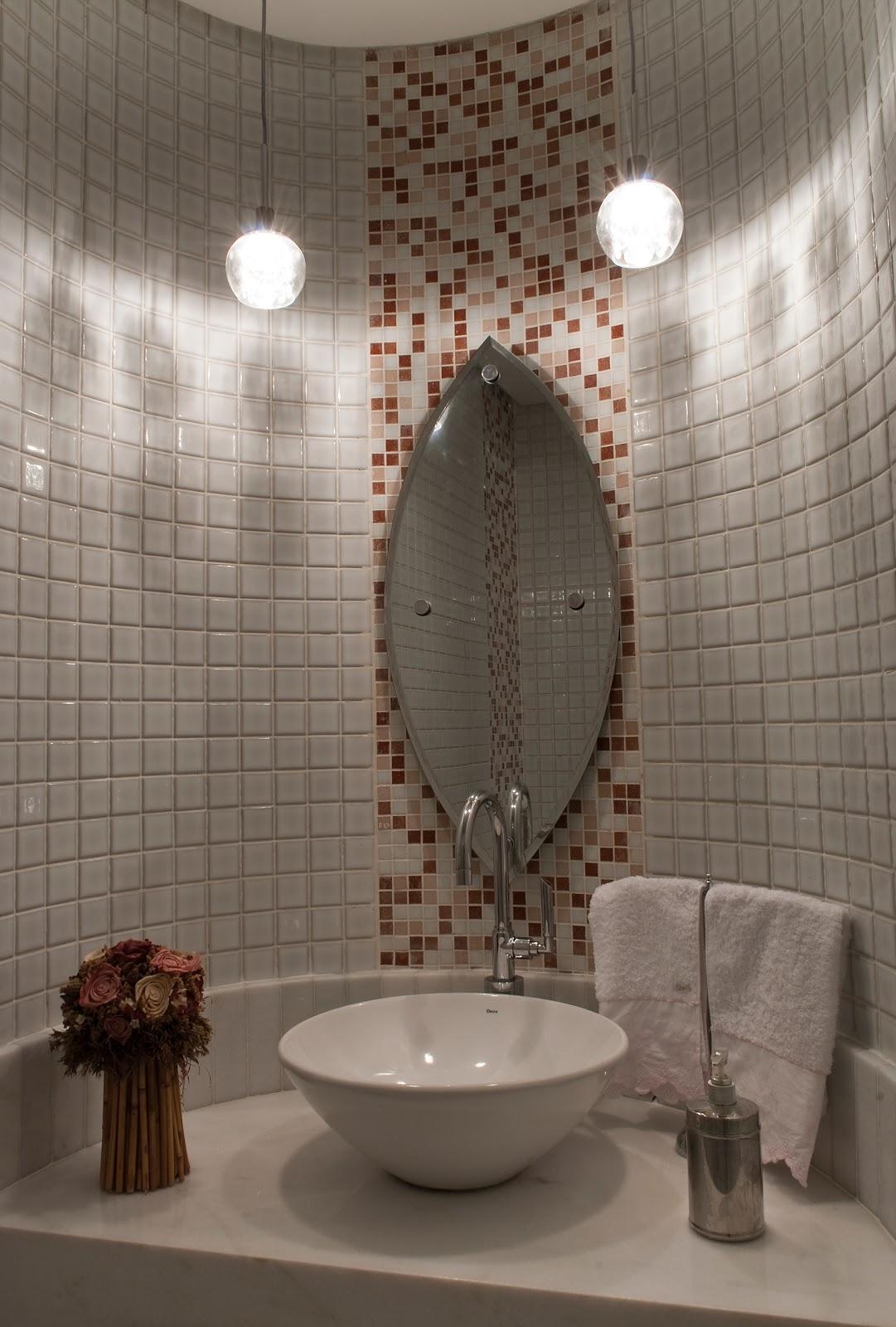 Um pequeno lavabo com pastilhas de vidro em mescla de tons rosa e  #45362C 1081 1600