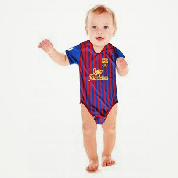 Foto bayi lucu pakai kostum sepak bola barcelona