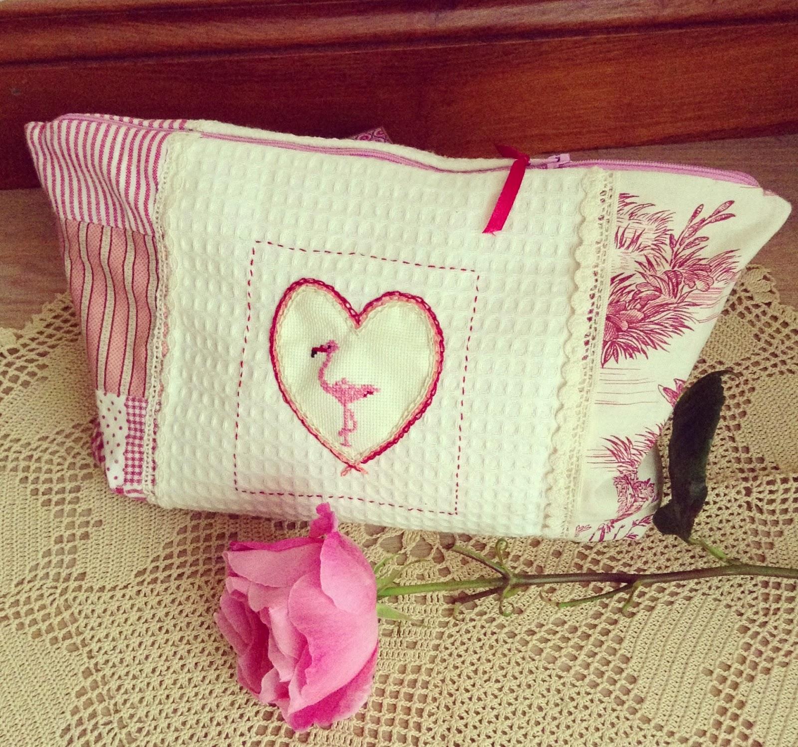 trousse en coton avec un flamant rose au point de croix