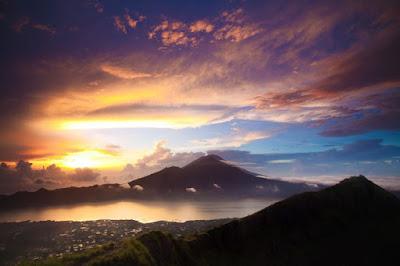 Ilustrasi 5 Gunung Yang Menampilkan Pemandangan Matahari Terbit Yang Mengagumkan - Travelwan
