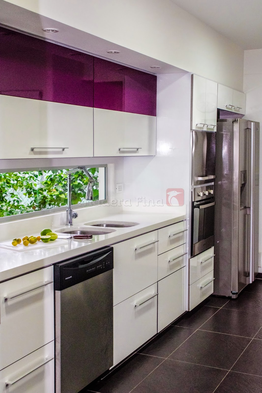 Cocina moderna en pereira morado y blanco cocinas for Cocinas modernas color madera