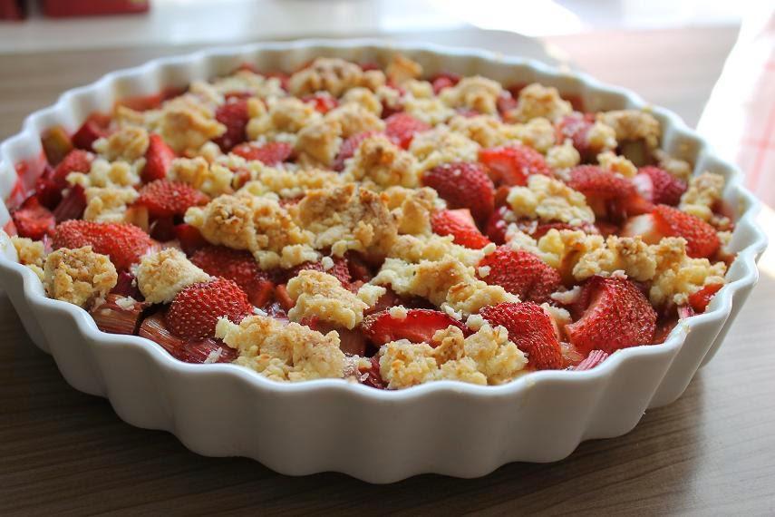Erdbeer Rhabarber Crumble Cake