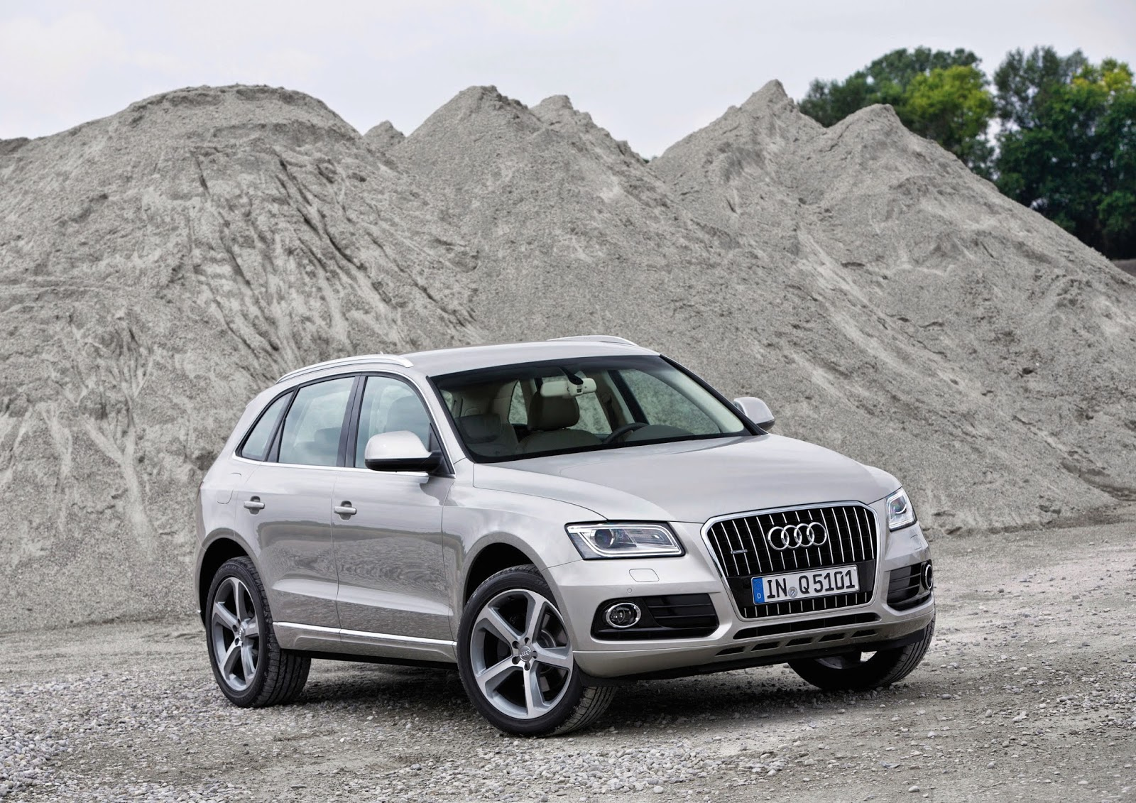 Front 3/4 view of the 2014 Audi Q5