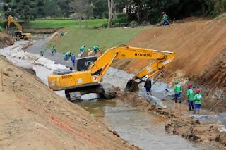 Obra de contenção de cheias no Rio Imbuí