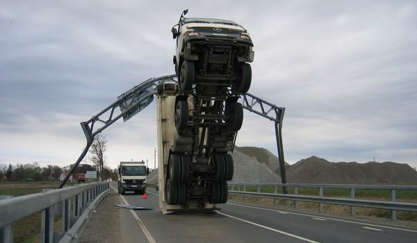 Camion atorado con el volquete levantado