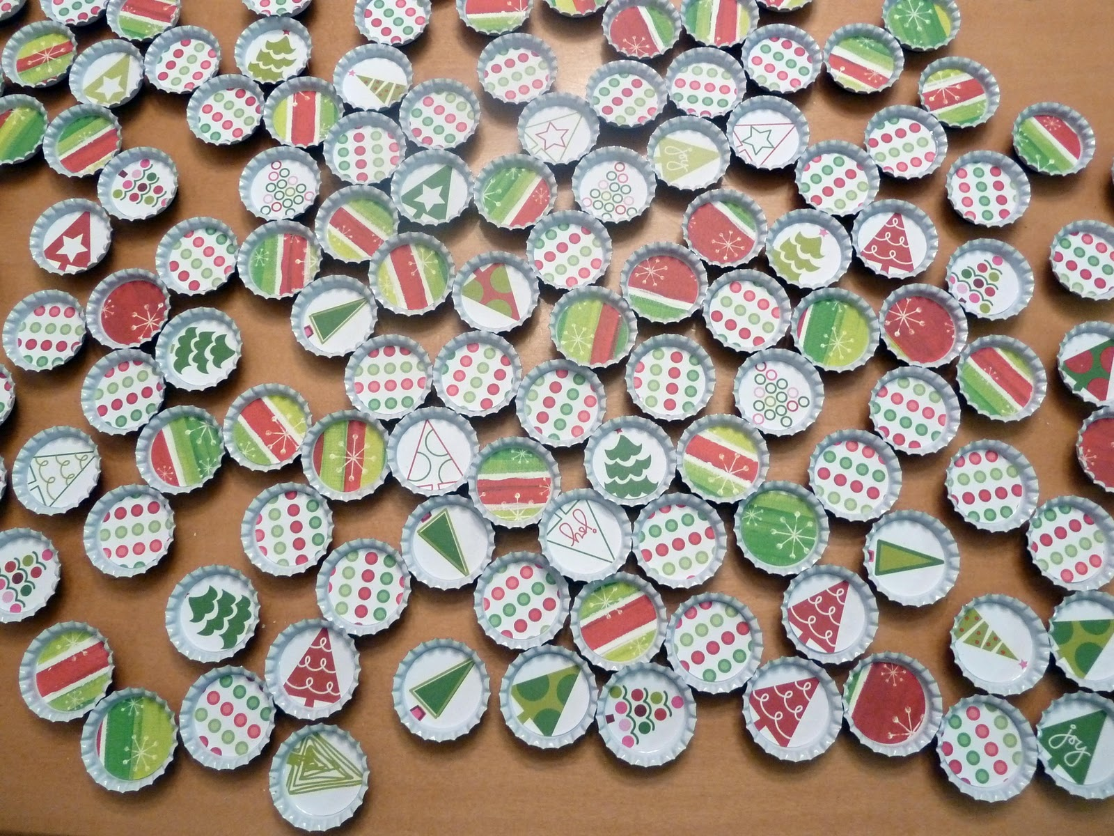 Room Mom Extraordinaire: Christmas Bottle Cap Magnets