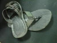 mencuri sandal