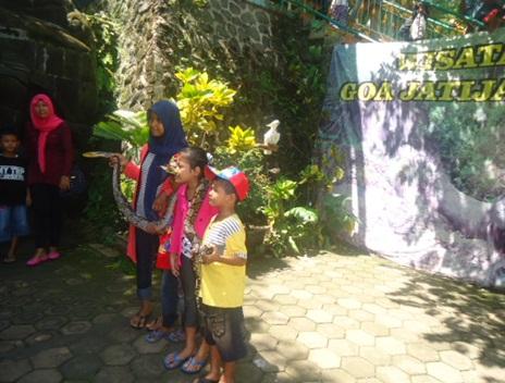 anak-anak berfoto bersama ular