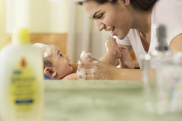 estimulación sensorial en bebés en el baño