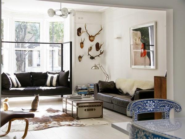 Poroże wiszące na ścianie w salonie z dwiema sofami