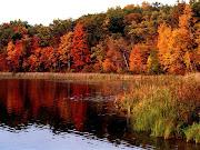 Colorida laguna en la temporada de otoño. Wallpaper de una misteriosa laguna . colorida laguna en la temporada de otoã±o