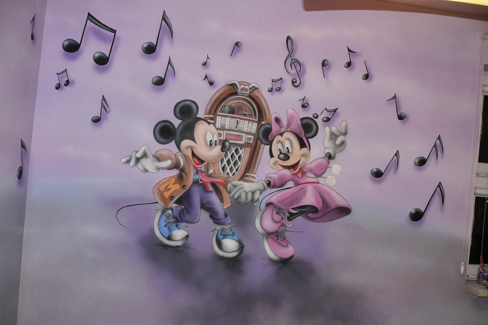 Malowanie obrazu na ścianie w pokoju dziecięcym przedstawiający myszkę micki