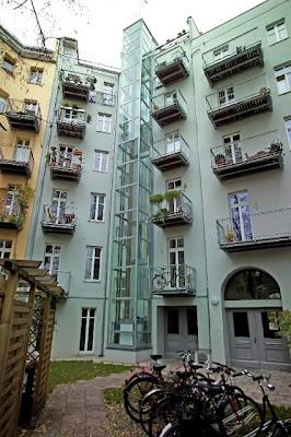 Ein Aufzug kann ohne großen Aufwand an der Außenseite des Gebäudes nachträglich installiert werden.