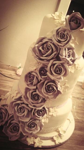 Romantisk bryllupskake med lilla marsipanroser