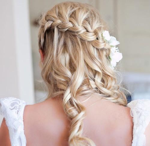 las trenzas en el cabello caen suavemente acompaadas por ondas que completan el estilo relajado y romntico este peinado tambin va