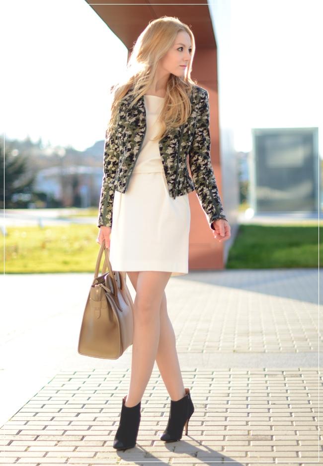 Vestido liso com casaco estampado