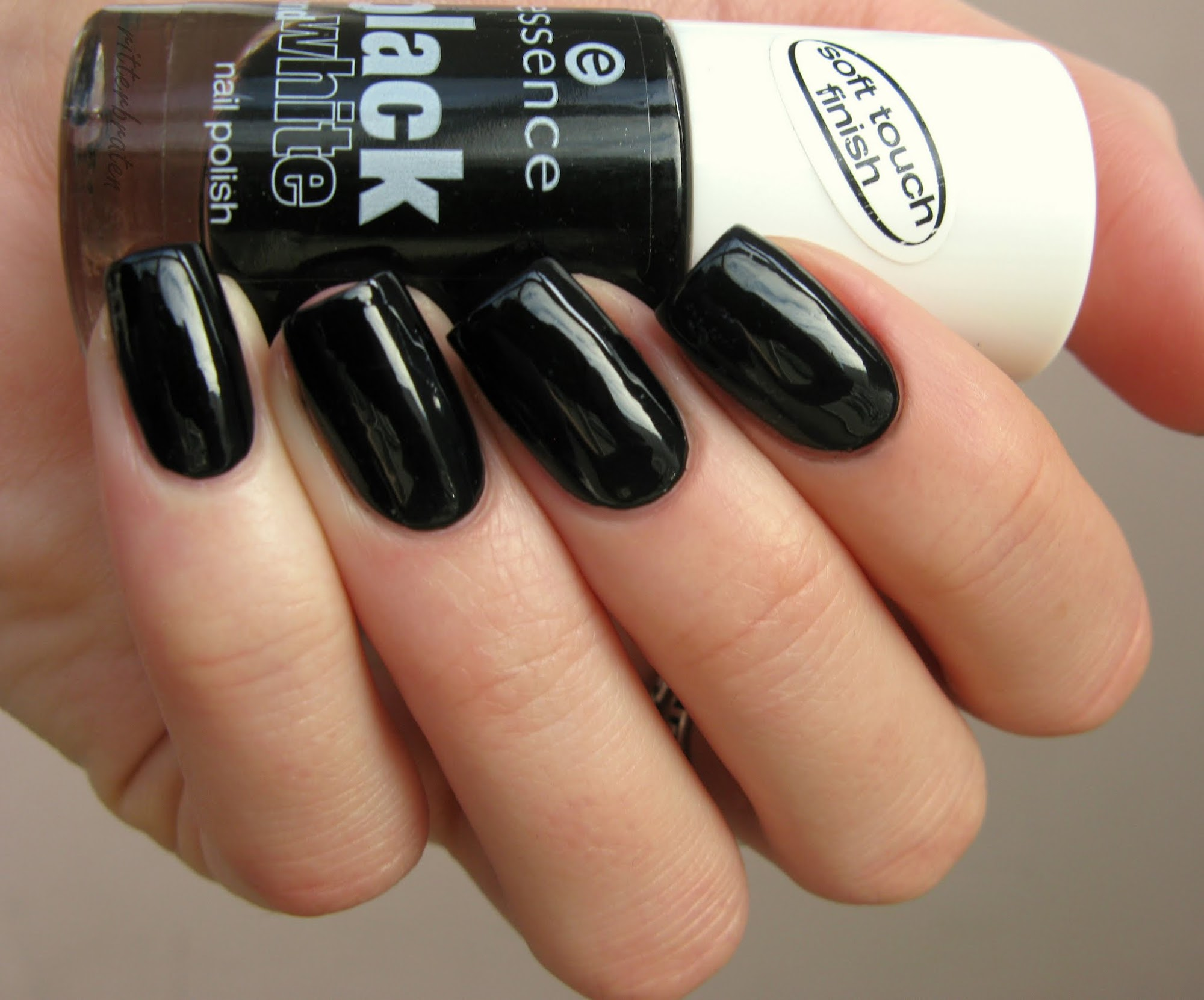 Essence Black Out