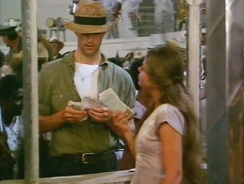 Bayardo (Rupert Everett) le compra los números de la rifa a Ángela (Ornella Muti) en Crónica de una muerte anunciada - Cine de Escritor