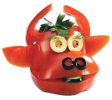 Забавна декорация на храна – бикче от домат