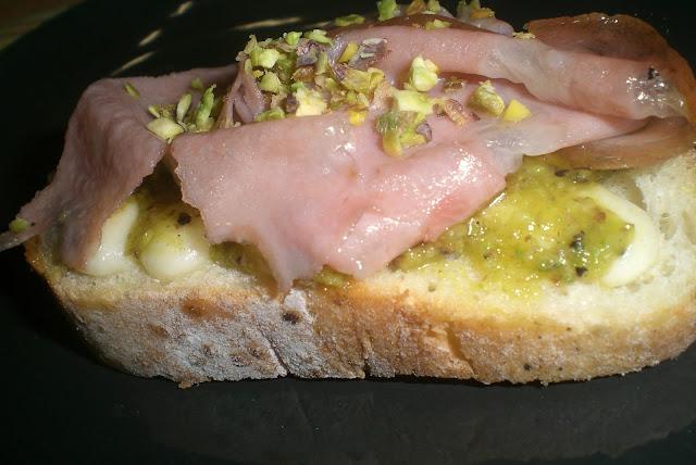 bruschetta mortadella e pistacchio