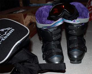 Här syns delar av skidväskan Ski-team samt Solskidglasögon och pjäxor.