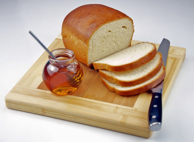 Breadboard, bread knife, sandwich,