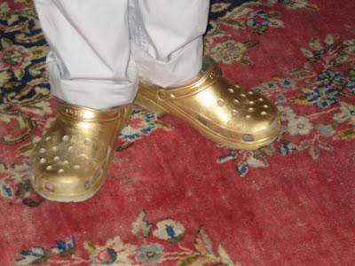 Goldene Crocs