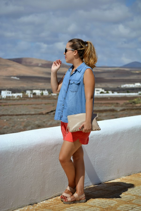 look_outfit_camisa_vaquera_sandalias_glitter_cuñas_short_coral_05
