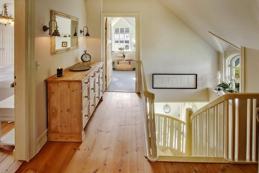 wystrój wnętrz, home decor, wnętrza, dom, mieszkanie, aranżacje, dworek, styl skandynawski, mix stylów, schody, komoda, lustro, przedpokój