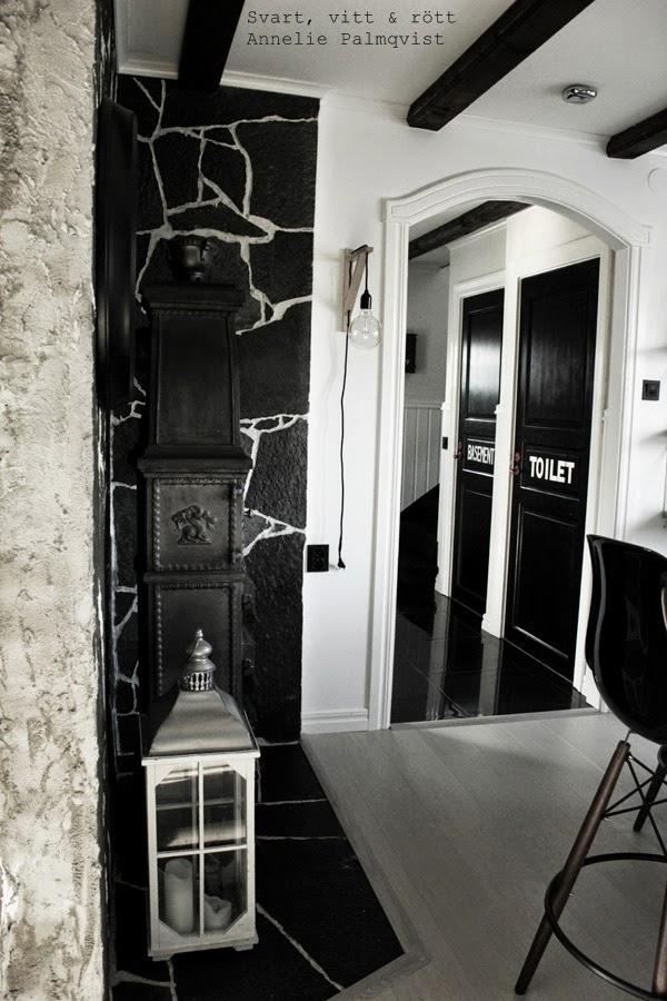 kök, stenbelagd vägg, stenvägg vid kamin, gjutjärnskamin, ljuslykta, barpallar, barstolar, köksö, svartmålade dörrar, svart och vitt, svartvit, svartvita, diy lampa, svarta kontakter, industristil, industrikök, industriellt kök, kitchen, industrial, vita väggar, vitt, svart, vita, svarta, interior, inredning, interiör,